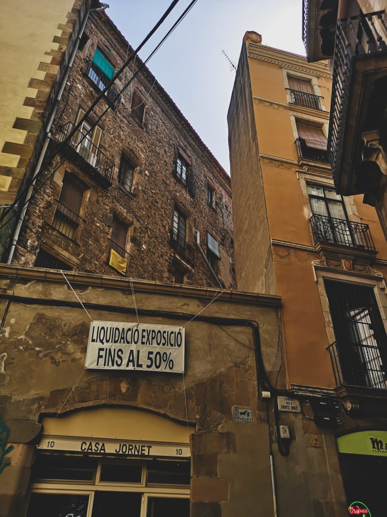 not-just-a-tit-lifestyle-blog-city-break-barcelona-yellow-architecture-buildings