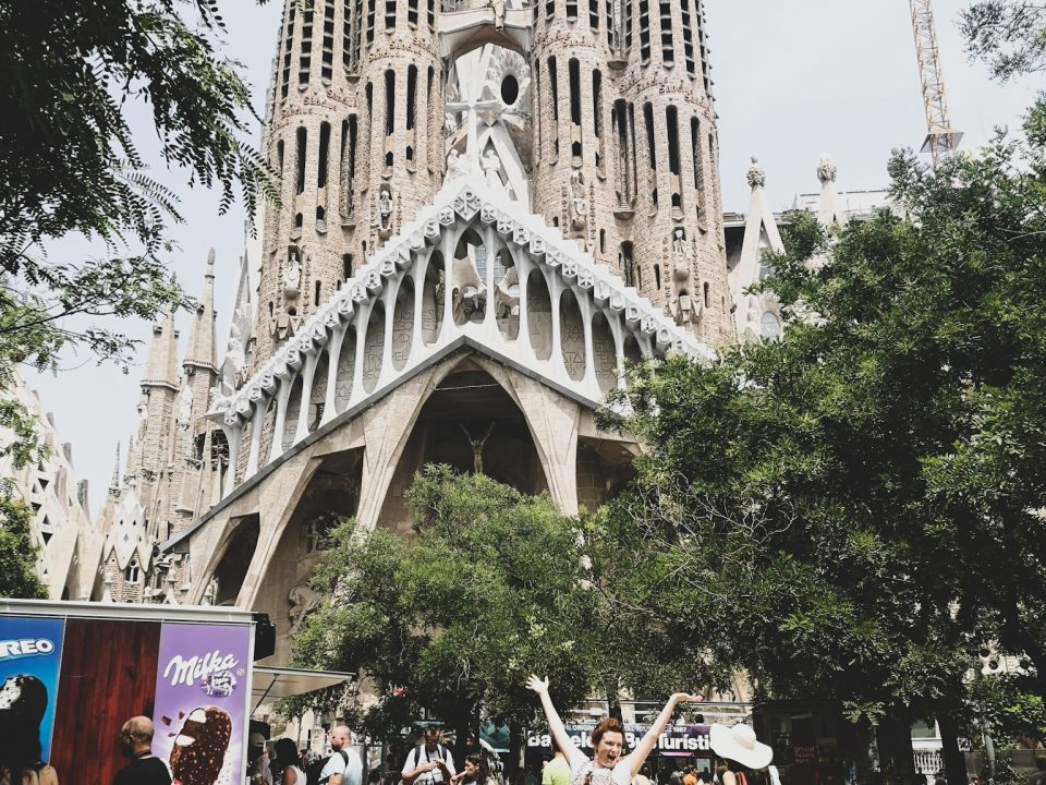 not-just-a-tit-lifestyle-blog-city-break-barcelona-sagrada-familia-gaudi-park-pose